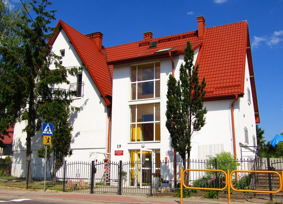 Widok siedziby ŚDS od frontu - biały budynek z czerwonym dachem